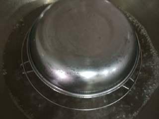 陈皮蒸猪腰,开水下锅蒸的时候,盖上一个碟子,防止多余水份,大概蒸七八分钟左右就可以起锅。