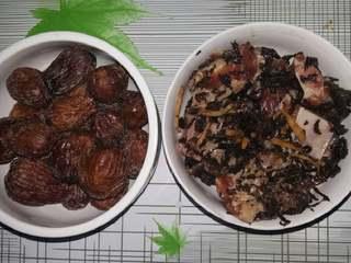 甜咸粽子,仔排洗净加入料酒,盐,生姜丝,鸡精和少许梅干菜拌匀腌制半小时待用