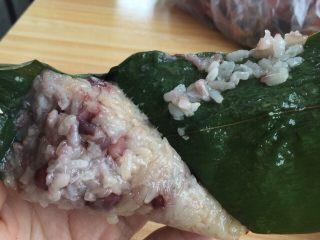 红豆粽子,稍微晾一下,凉了就可以吃啦,香香的,粘粘的,自己做的觉得很充实!