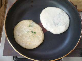 素食馅饼,包上馅料,放入平底锅煎至两面金黄。