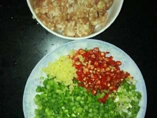 蒜苔炒肉末,蒜苔切末、红椒切末、姜切末、小葱切末备用。