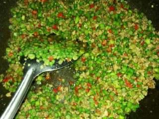 蒜苔炒肉末,放入适量的老抽、翻炒均匀。在放入盐、鸡精。翻炒均匀就可以出锅了。