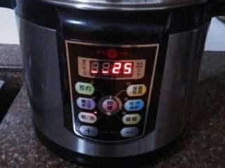 酱黑豆,加入清水放入电高压锅,设定25分钟左右