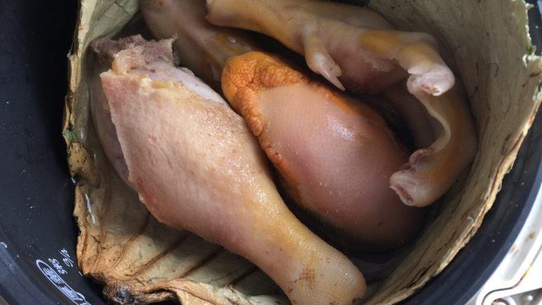 荷香鸭头鸭腿,如图,电饭煲放入食材,加水至食材三分之二处,