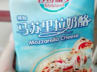 果蔬披萨,奶酪稍微软化,刨子削丝。均匀的撒在布满番茄酱和千岛酱的披萨上,然后加入准备好的材料,在材料上加多一层奶酪丝