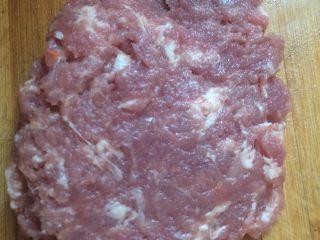 猪肉萝卜馅饺子,肉剁碎放入盆中备用