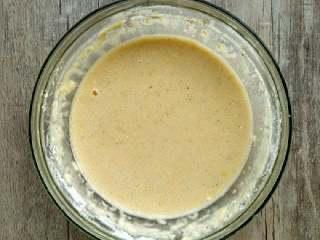 西葫芦鸡蛋饼,把碗中放入鸡蛋,加少许盐,胡椒粉,倒入面粉,加入清水搅拌均匀(蘸酱吃的话盐,胡椒粉可以少放点,加清水的时候慢慢的)