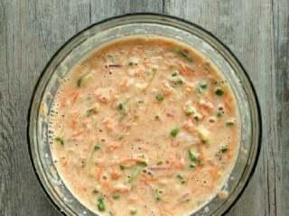 西葫芦鸡蛋饼,拌匀,如果很稠的话,可以加点水