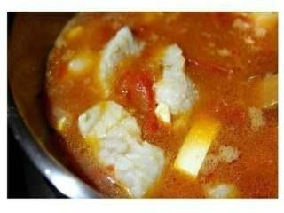 番茄豆腐鱼🐠,最后把鱼块倒入煮开的汤内,煮熟,