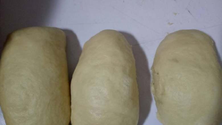 toast吐司,发酵完排气,分割成200克一个的面团