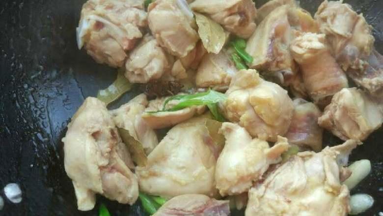 土豆炖鸡块,下鸡块,翻炒掉多余的水分