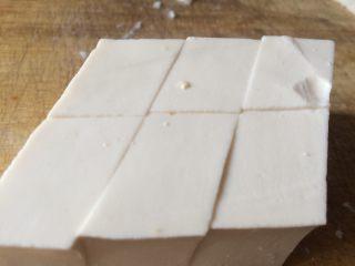 麻辣清蒸豆腐,豆腐去边料,切成棱形。