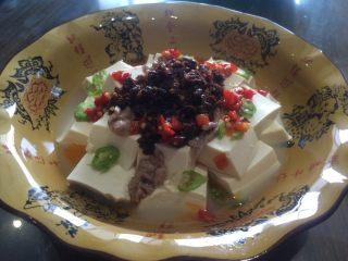 麻辣清蒸豆腐,放入配料(牛肉酱、小米椒、红椒、剁辣椒、盐、糖、黄酒、调和油、大蒜)