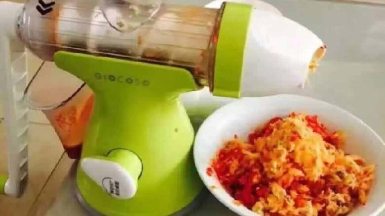 辣椒酱,用原汁机把材料搅碎备用