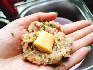 吃到停不下来的芝心虾饼,chaedar放入虾饼中间