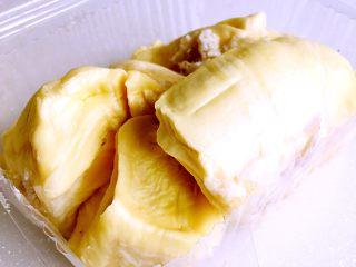 简易版的榴莲酥,剥出榴莲肉备用。