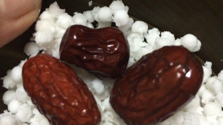 红蓝水晶粽子,把粽叶结成漏斗形状,斗尖要结实,要不漏米哦,放西米放进去,用手压实,放红枣,红蓝叶在中间,再放西米上面,再压实,把粽子包好,用绳子扎好