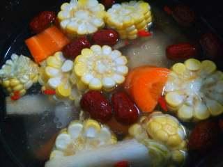 鲜美鸡汤,把所有的材料和鸡肉都放高压锅里,加入适量清水,加入盐,姜片盖上盖子按煲汤键煮。