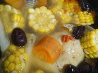 鲜美鸡汤,跳至保温后打开盖再滴上两滴花生油即可。