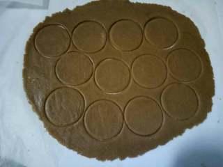 消化饼干,用模具按压成自己喜欢的图案,烤箱预热180度