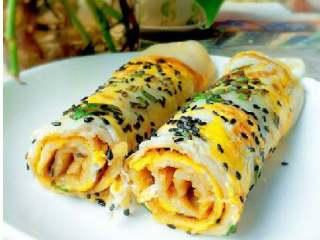 鸡蛋饼,借助筷子卷起即可(喜欢的可以加入生菜,火腿)