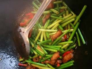 蒜头炒肉,放切好的蒜薹,大🔥炒。几分钟后放辣椒