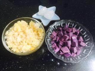 银耳紫薯羹,银耳放在水里泡软撕成小块,越小越好。紫薯洗净切块。