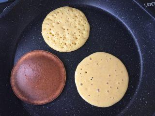 软软奶香玉米饼,平底锅预热,不要放油~舀一勺面糊倒在平底锅中,它会自然摊开变成圆形。最上面那个起泡泡的状态就可以翻面了,火可以小一点,我刚开始火大了翻面不及时就会像下面那个上色太重了。