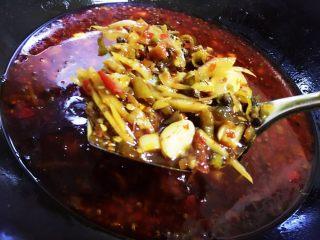 耙泥鳅,最后加入半锅水,加入一勺老抽。