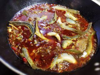 耙泥鳅,等锅里的汤烧开后改中火煮十分钟,把各种配料的味道煮出来,让汤味更浓。然后倒入泥鳅,翻匀后盖上锅盖大火烧开。