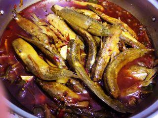 耙泥鳅,将炖好的耙泥鳅倒入盆里。