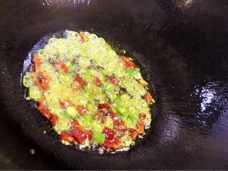 耙泥鳅,干净的炒锅里倒入少许油烧热后小火倒入尖椒段和干辣椒段炒香后关火。