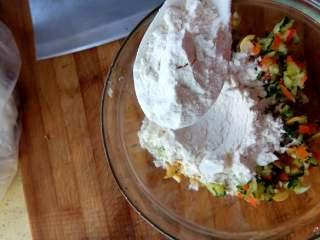 杂蔬煎饼,放入两小勺面粉