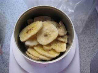 香蕉味酥。,1.把干香蕉切成片放入料理机打碎。