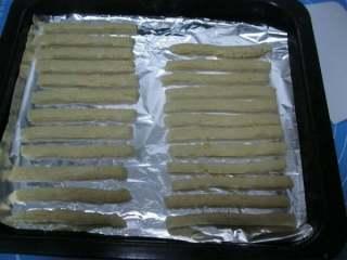 香蕉味酥。,7.切成一厘米左右的粗条,摆在烤盘上,不要把两条之间的距离摆得太近。