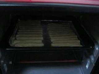 香蕉味酥。,8.烤箱预热,180度烤20分钟。