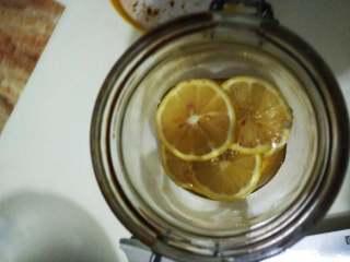 柠檬蜜,一层柠檬一层蜂蜜的铺好。