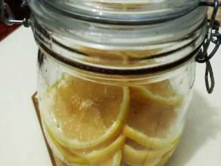 柠檬蜜,密封入冰箱保鲜放2-3就可以开喝了,每次拿一两片泡水喝