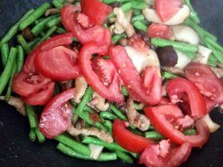豆角焖面,加西红柿炒出汁