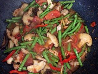 豆角焖面,加红椒,加一小碗开水,放入盐、十三香、生抽,翻炒均匀