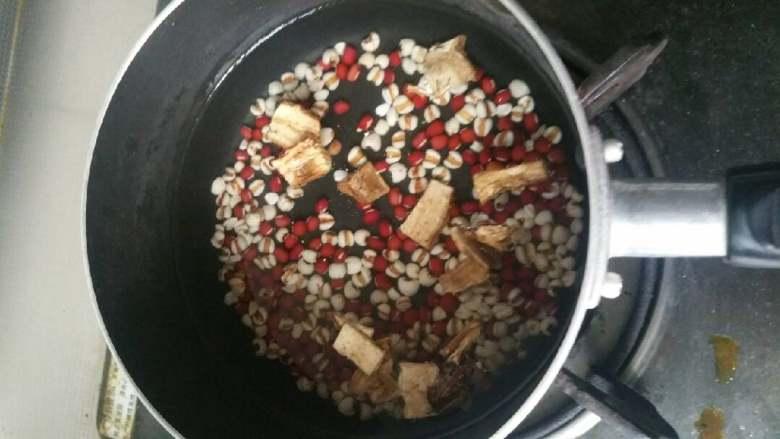 红豆薏米葛根水,所以材料泡6小时左右,可根据自己时间调整