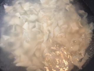 葱油面片,明显水比用冷水的时候清。面片入锅后轻轻划散。因为面片非常薄,所以基本只要划散,不需要沸腾就可以出锅了(这一步忘记拍照片)。