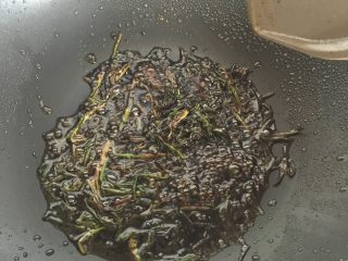 葱油面片,等葱花熬成焦黄的时候,倒入刚才混合好的汁,煮开到冒泡,关火,把葱拣出。