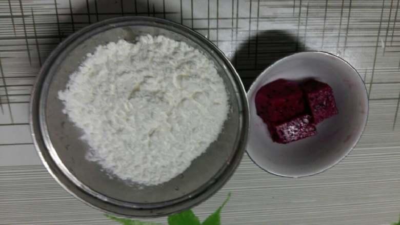 水馒头,玉米淀粉适量,红心火龙果适量