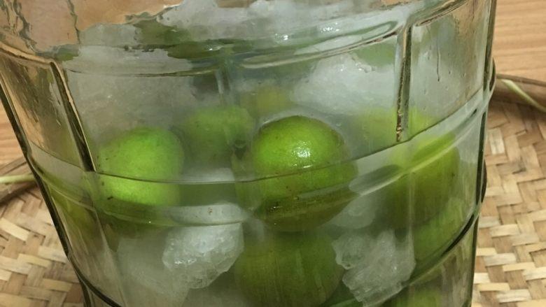 青梅酒,将晾干的青梅喻冰糖一层层放入瓶内后将酒全部倒入瓶内。静待一年的时间就可以饮用了。