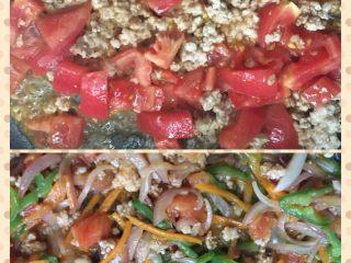 意大利面,先将洋葱,辣椒,胡萝卜丝炒至断生盛出盘中,再将锅中放油烧热,把肉末放入炒熟后加入西红柿,西红柿炒出些汁后加入盘中的菜丝