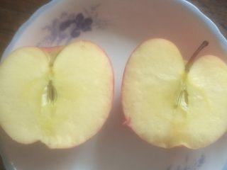 瘦身减肥食谱《蒸苹果》,然后用水冲洗干净,将苹果对半分开