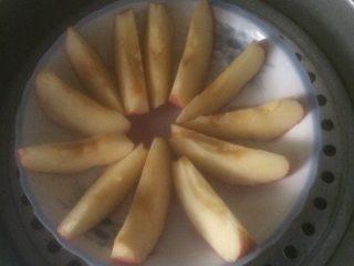 瘦身减肥食谱《蒸苹果》,将切好的小块放入盘子过小碗中,放入锅上蒸,大火蒸5分钟,取出,稍冷却后,即可食用。