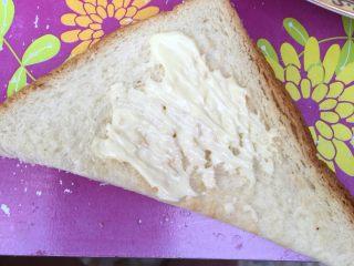 自制三明治,取一片抹上沙拉酱,根据自己喜欢的量涂抹