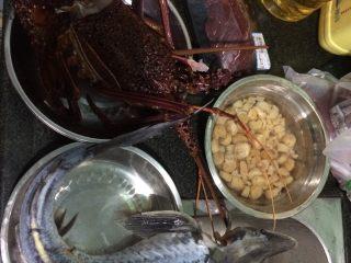 龙虾瑶柱牛肉海鲜粥,准备原材料,龙虾,瑶柱,牛肉,另外中华鲟是准备红烧的